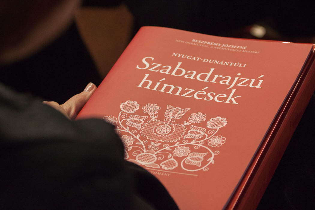 f2ace01a6 Kötetbemutató – Nyugat-Dunántúli szabadrajzú hímzések - SÁRVÁRIKUM